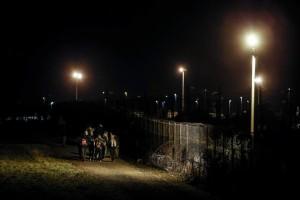 Un grupo de inmigrantes esperan un tren para ir a Inglaterra en Calais. (Yoan Valat/ EFE)
