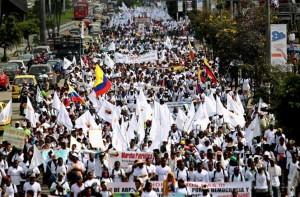 Miles de personas se manifiestan en Colombia a favor del proceso de paz / Archivo EFE