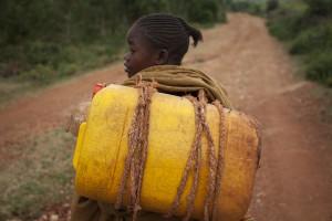 Kawesa Kalabo, de 13 años, en su camino para recoger agua sucia. Lahyte, Konso, Ethiopia, 2012./ Water Aid