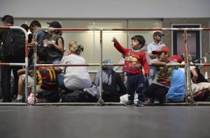 Varios refugiados sirios esperan en la estación central de Múnich, Alemania, este lunes. (EFE/Andreas Gebert)