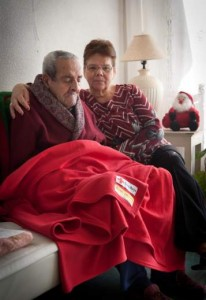 Gladys y su marido, con mantas de Cruz Roja para pasar el invierno.