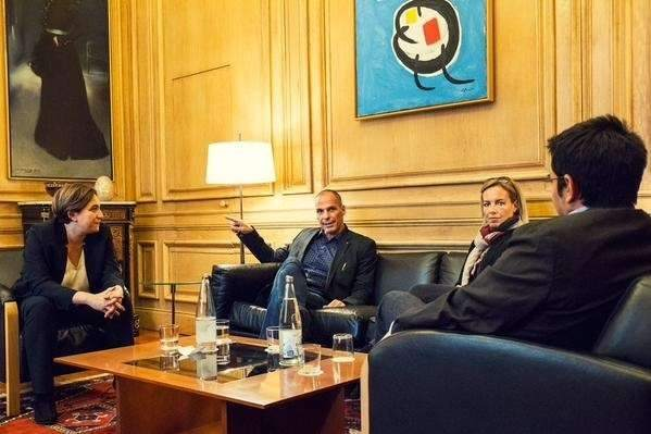 Yanis Varoufakis en su visita a Barcelona / Twitter de Ada Colau