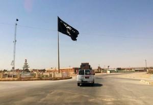 Una bandera del EI ondea en el centro de la ciudad iraquó de Ragua / GTRES