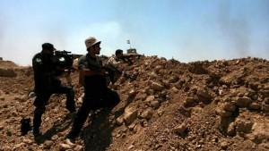 Soldados de las fuerzas kurdas de Peshmerga y voluntarios chiitas en la ciudad de Amerly, al noreste de Bagdad / EFE