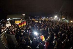 Miles de personas en una manifestación convocada por Pegida en Dresde. (Archivo/ EFE)