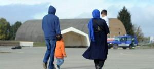 Una familia en un campo temporal de refugiados instalado en una base aérea de Alemania (Archivo/EFE)