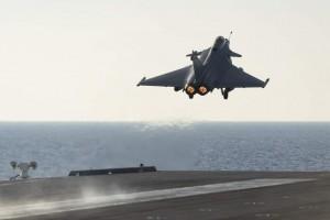 Cazas del portaaviones francés Charles de Gaulle que llegó a la que se considera su zona de operaciones en el Mediterráneo oriental destruyeron dos objetivos del Estado Islámico (EI) en las ciudades iraquíes de Ramadi y Mosul. / Ministerio de Defensa francés