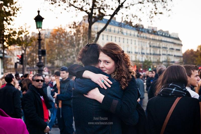 """""""La Plaza de la República está prácticamente desierta aunque a lo largo del día se van acercando grupos de personas para dejar flores o encender velas"""" / Xosé Bouzas"""