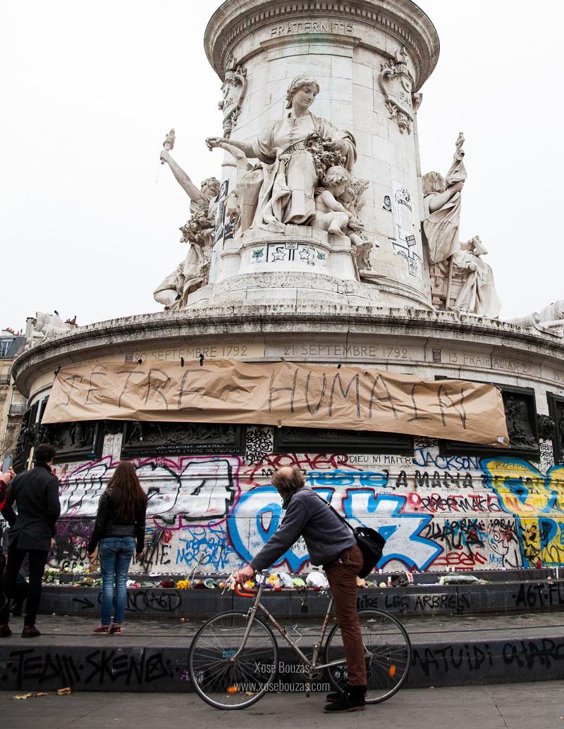 """""""Un ciclista se acerca cadencioso hasta la estatua de Marianne en la Plaza de la República, símbolo de la libertad. Recuerda la frase 'No pedaleo para subir, doy pedales para no caerme'"""" / Xosé Bouzas"""