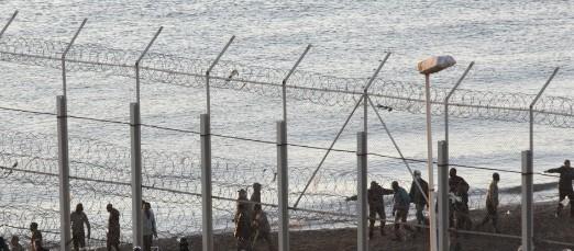 Valla frente a la playa del Tarajal en Ceuta / EFE