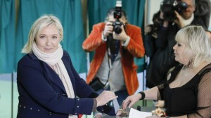 Marine Le Pen deposita su voto en la primera vuelta el domingo pasado. (EFE)