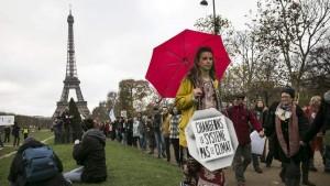 Una activista en la Torre Eiffel de París durante las negociaciones por el cambio climático / EFE
