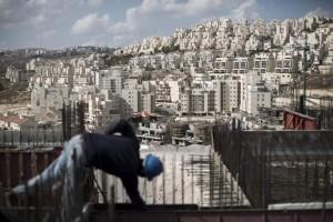 Un obrero palestino trabaja en la construcción de un edificio para colonos israelíes en el sur de Jerusalén / ABIR SULTAN - EFE