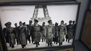 Una fotografía que se puede ver en la exposición de los nazis, encabezados por Adolph Hitler, en la París ocupada / Núria Segura Insa