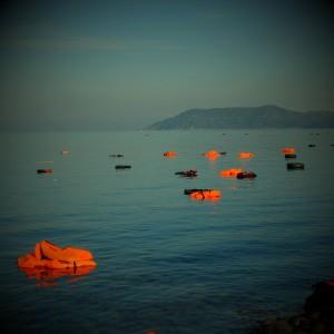 Chalecos salvavidas flotando en la playa de Skala Sikaminias (Lesbos). Más de 3.000 muertos en el mar en 2015 / SERGI CÁMARA