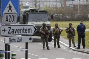 Militares y policías en el aeropuerto de Zaventem. / EFE