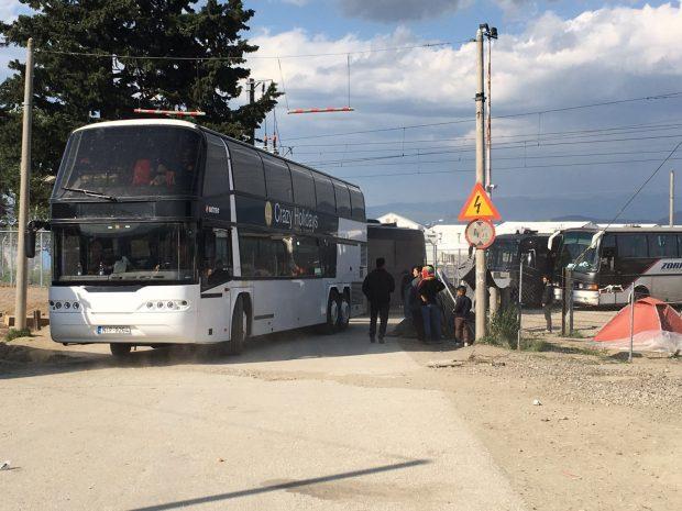 """Uno de los autobuses que llevó a cabo el desalojo de Idomeni, con el nombre """"Crazy Holidays"""" / MSF"""