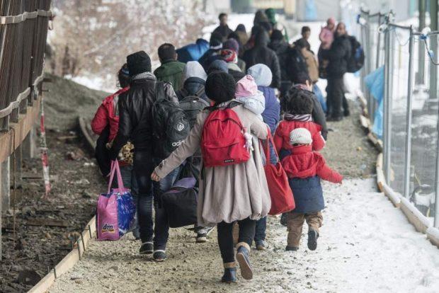 Refugiados esperando a subir a un tren en Alemania / EFE