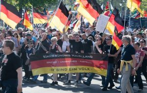 Manifestantes ultraderechistas alemanes salen a la calle para protestar. (EFE)