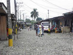Jóvenes en una calle del Barrio de Santa Fe, en Buenaventura, Colombia. / BLANCA BLAY