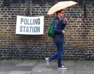 Una imagen de un hombre acudiendo a la urna durante el referéndum del jueves / 20Minutos
