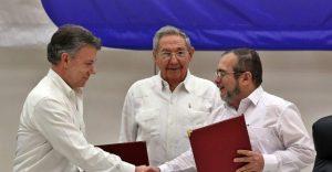 El presidente de Colombia, Juan Manuel Santos, junto al presidente de Cuba Raúl Castro y el representante de las FARC en Cuba Rodrigo Londoño. (EFE/ Alejandro Ernesto)