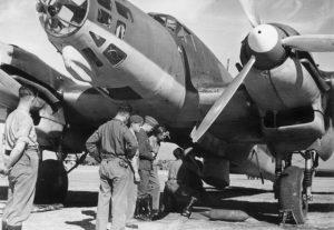 Soldados alemanes preparando uno de sus aviones durante la Guerra Civil española / 20 Minutos.Archivo