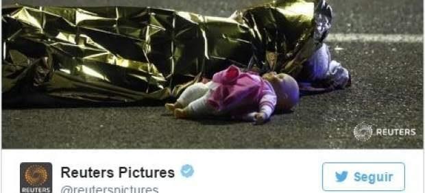 Una imagen que ha dado la vuelta al mundo de una muñeca en el suelo al lado de una víctima / 20Minutos