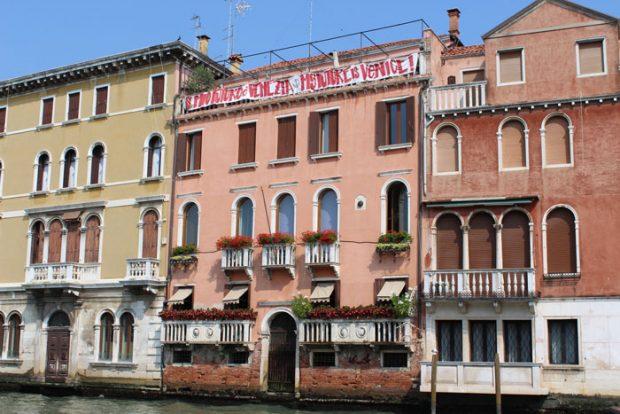 """Una de las casas que apoyan la campaña """"Venezia é il mio futuro"""" en el Gran Canal / Esperanza Escribano"""