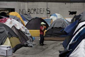 Un niño refugiado en el puerto del Pireo. (EFE/Archivo)