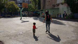 Una voluntaria con un niño en la squad Segunda escuela en Atenas / N.S.I