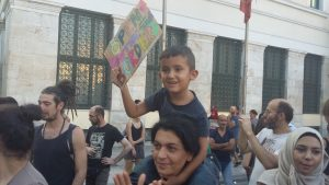 """""""Abran las fronteras"""", es el mensaje del cartel que un niño sostiene en una manifestación de refugiados en Atenas / N.S.I"""