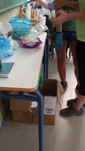 Unas enfermeras realizan un análisis de orina en la escuela Quinta / N.S.I.