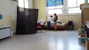 La doctora Elena Mayorga, en el fondo, prepara la sala de consulta para atender a los pacientes / N.S.I.