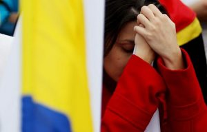Una mujer reacciona tras conocer el resultado del plebiscito. (Leonardo Muñoz/ EFE)