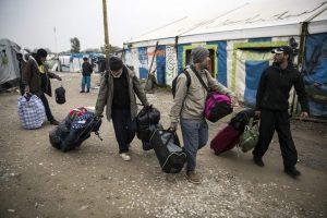 Desmantelan el campo de Calais, en Francia. (EFE)