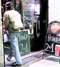 Ofertas de 2x1 en bebidas en Las Ramblas de Barcelona / FOTO: Jordi Soteras