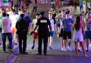 Un grupo de jóvenes ante la Policía en Magaluf (Mallorca) / FOTO: GTRES