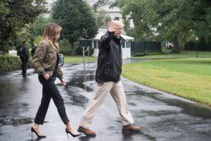 La primera dama de EE.UU. recibió un aluvión de críticas por subir en tacones al avión que la llevaría hacia la zona devastada por el huracán Harvey