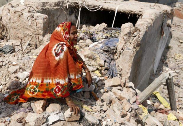 Una mujer visita el lugar del derrumbe del edificio Rana Plaza, cuando se cumple un año de la tragedia en Savar, Dacca (Bangladesh) / Abir Abdullah (EFE)