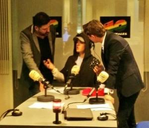 Justin con Tony Aguilar y Xavi Martínez en los estudios de Los 40.