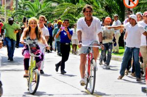02-Shakira-and-Carlos-Vives-video-shoot-for-La-Bicicleta-2016-billboard-650-1548