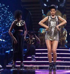 Uy... este vestido de Rihanna ¿no es igual que el de Barei de ayer?