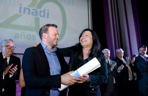 Diana Sacayán el pasado 2 de octubre recibiendo de INADI un premio por su lucha contra la discriminación/Foto de su twiitter