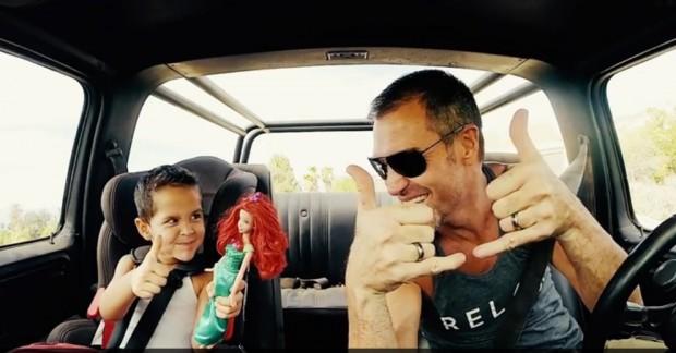 Mikki Willis y su hijo celebrando el éxito de su vídeo