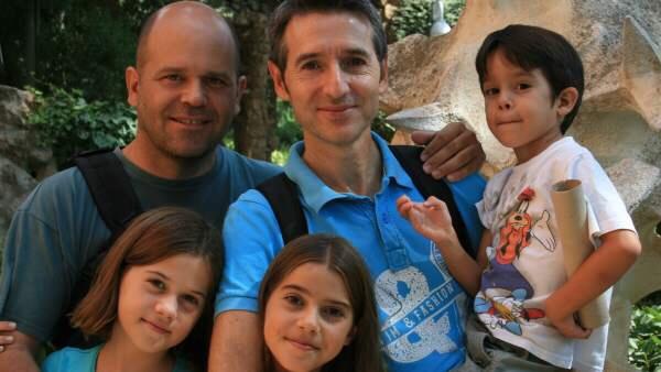 Manuel y Marcos con tres de sus cuatro hijos ARCHIVO