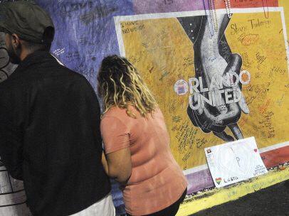 Homenaje a las víctimas de la discoteca Pulse de Orlando un año después de matanza