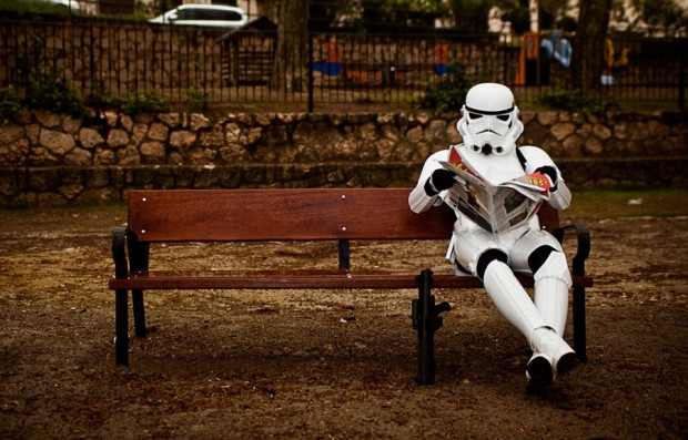 Stormtroopers en el parque, leyendo