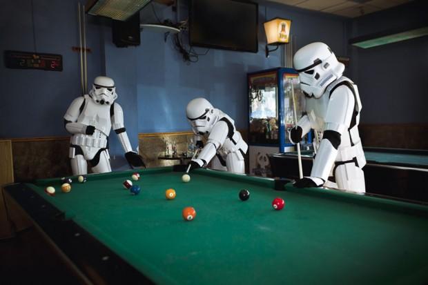 Stormtroopers jugando al billar