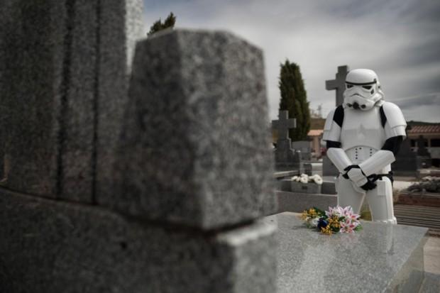 Stormtroopers visitando una tumba